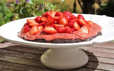 Jordgubbstårta med chokladbotten – rawfood